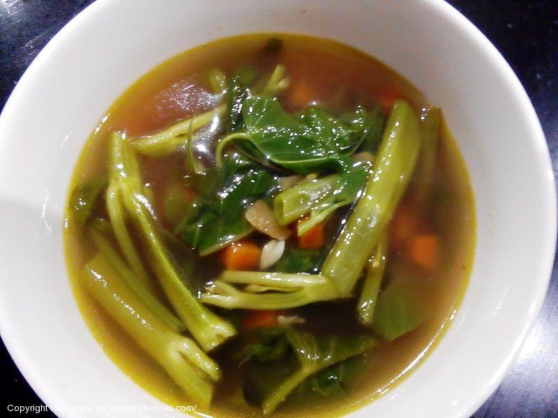 Soupe de poulet au gingembre et liseron d'eau